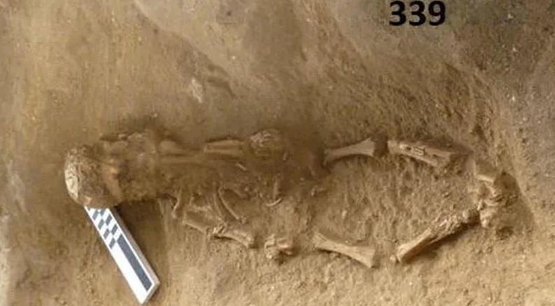 Esqueletos Infantis usando Capacetes de Crânios de outras Crianças atordoam arqueólogos